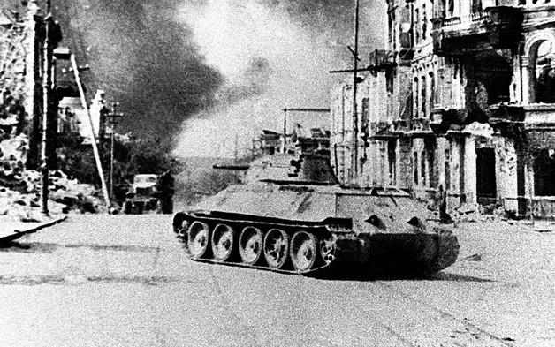 Các nữ quân nhân lái xe tăng Liên Xô khiến phát xít Đức khiếp sợ - Ảnh 1.