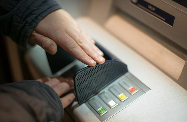 Cảnh báo: 3 nguy cơ luôn rình rập khi để tiền trong thẻ ATM ai cũng cần biết - Ảnh 2.