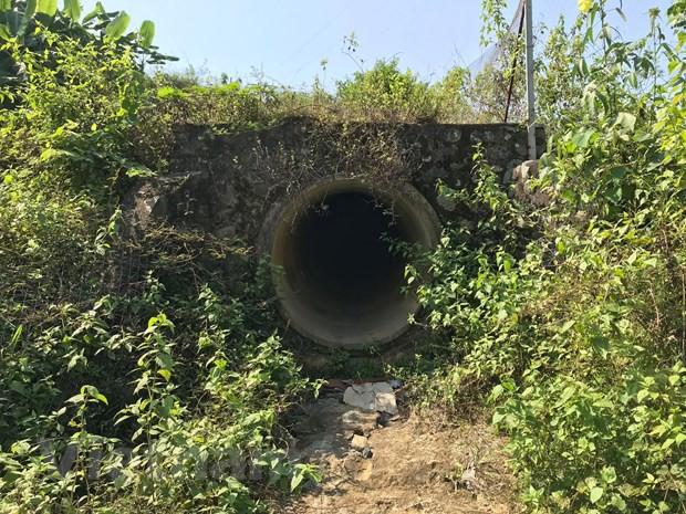 Cận cảnh bùn thải nghi nhiễm dầu tại cửa súc xả bể chứa sông Đà - Ảnh 2.
