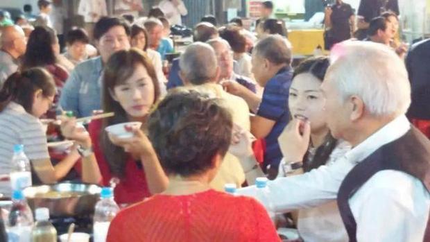 Nam diễn viên Ỷ Thiên Đồ Long Ký bản TVB bị bắt gặp tình tứ cùng gái trẻ mới ngoài 20 tuổi - Ảnh 1.