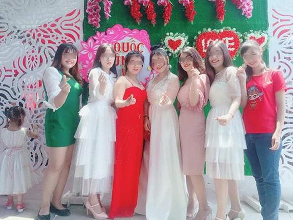 Chỉ mặc mỗi chiếc áo ngực đi đám cưới bạn, cô gái bị chỉ trích nặng nề - Ảnh 3.