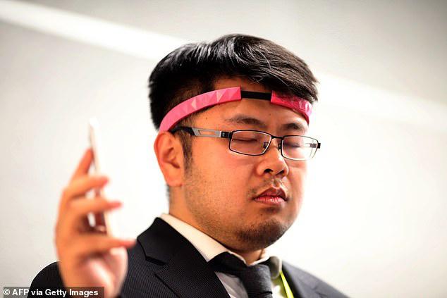 Phụ huynh học sinh phản đối quá gay gắt, dự án đeo Vòng kim cô giám sát học sinh Trung Quốc phải dừng lại - Ảnh 2.