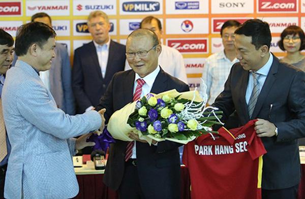 Thầy Park gia hạn hợp đồng VFF: Lương cao, chỉ tiêu gắt - Ảnh 1.