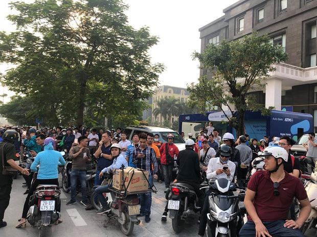Hà Nội: Thanh niên trèo lên đường điện cao thế, cố thủ ở độ cao hơn 20m - Ảnh 3.