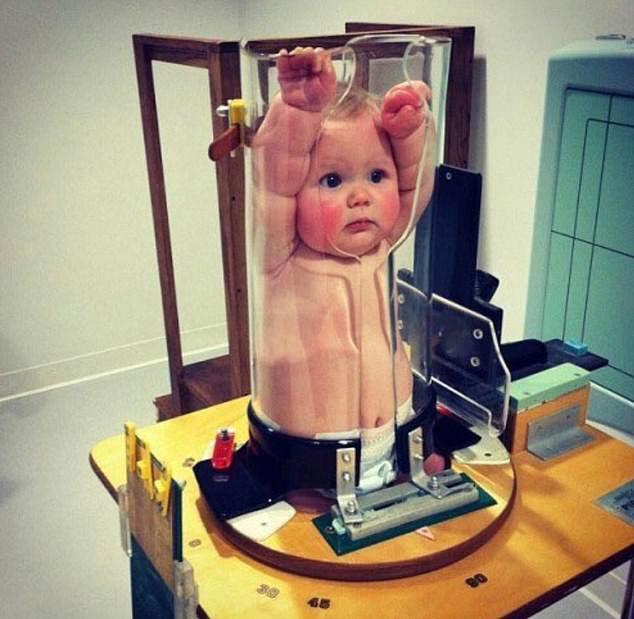 Tưởng trẻ bị phạt nhốt vào ống thủy tinh, khi biết sự thật người xem lại chuyển hết sự chú ý sang biểu cảm của các bé - Ảnh 4.