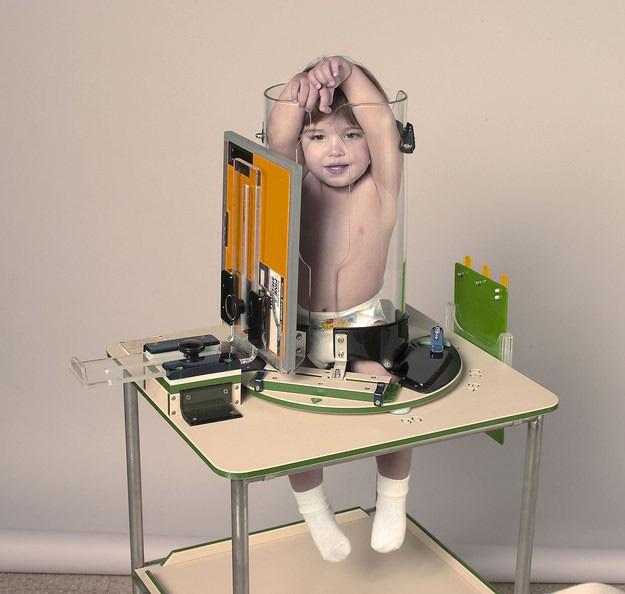 Tưởng trẻ bị phạt nhốt vào ống thủy tinh, khi biết sự thật người xem lại chuyển hết sự chú ý sang biểu cảm của các bé - Ảnh 5.
