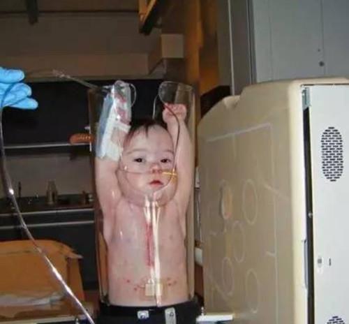 Tưởng trẻ bị phạt nhốt vào ống thủy tinh, khi biết sự thật người xem lại chuyển hết sự chú ý sang biểu cảm của các bé - Ảnh 6.