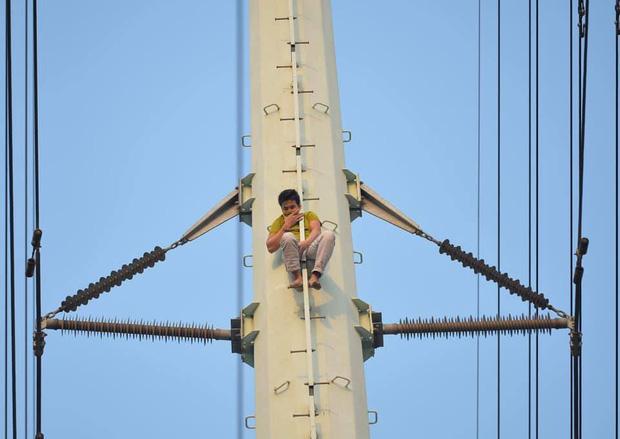 Hà Nội: Thanh niên trèo lên đường điện cao thế, cố thủ ở độ cao hơn 20m - Ảnh 6.