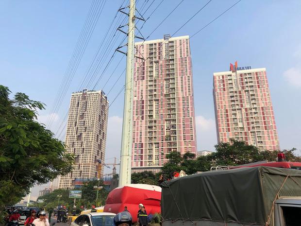 Hà Nội: Thanh niên trèo lên đường điện cao thế, cố thủ ở độ cao hơn 20m - Ảnh 7.
