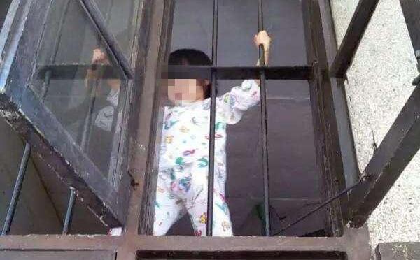 Ông bố nhẫn tâm cầm rìu nã vào đầu con trai 5 tuổi vì làm ồn