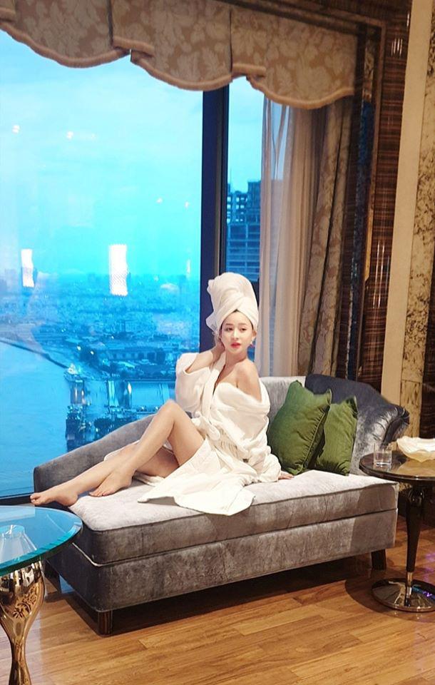2 mỹ nhân của Quang Lê: Người là vợ cũ Hồ Quang Hiếu, người liên tục bị ném đá' vì mặc phản cảm - ảnh 3