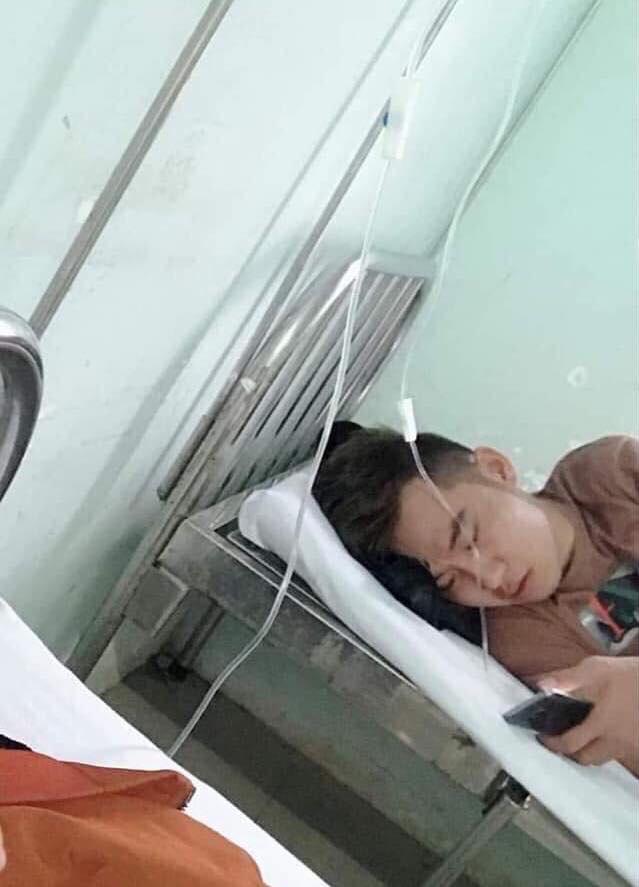 Nam thanh niên bị sốt vào bệnh viện, nằm bấm điện thoại rồi đột tử - Ảnh 1.