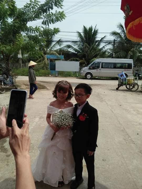 """Đám cưới của cặp đôi tí hon từng bị nhầm là """"con nít ranh"""" được tổ chức tại quê nhà, vẻ lạ lẫm của cô dâu gây chú ý - ảnh 1"""