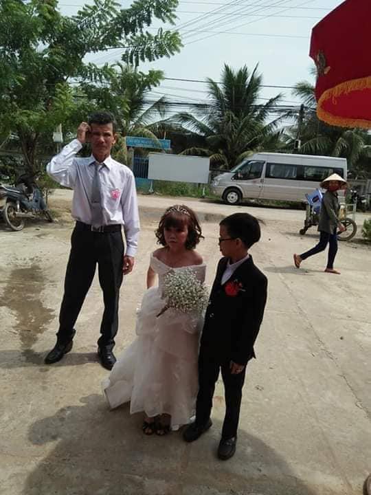 """Đám cưới của cặp đôi tí hon từng bị nhầm là """"con nít ranh"""" được tổ chức tại quê nhà, vẻ lạ lẫm của cô dâu gây chú ý - ảnh 2"""