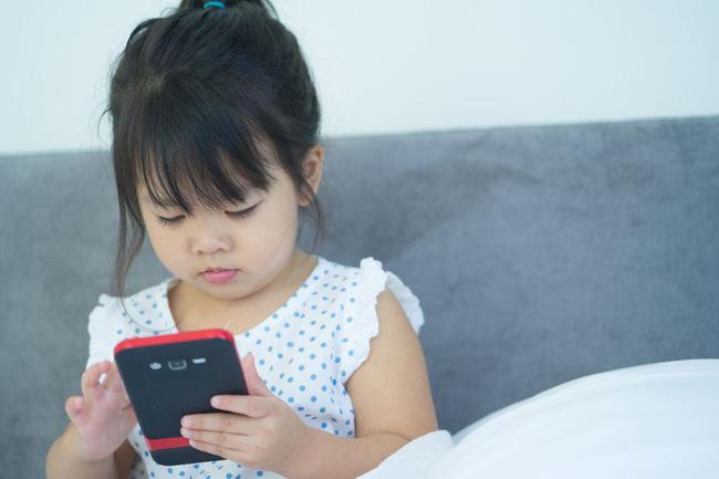 Mẹ ơi, con muốn dùng điện thoại, câu trả lời của 2 bà mẹ quyết định tính cách tương lai của 2 đứa trẻ - Ảnh 2.
