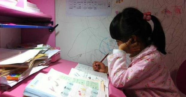 Chửi như tát nước vì học trò không làm bài tập, người mẹ gửi bức ảnh con gái đang ở viện khiến cô giáo không thốt nên lời - Ảnh 1.