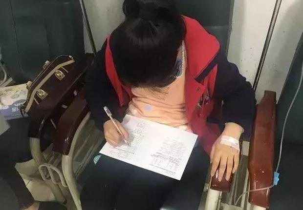 Chửi như tát nước vì học trò không làm bài tập, người mẹ gửi bức ảnh con gái đang ở viện khiến cô giáo không thốt nên lời - Ảnh 2.