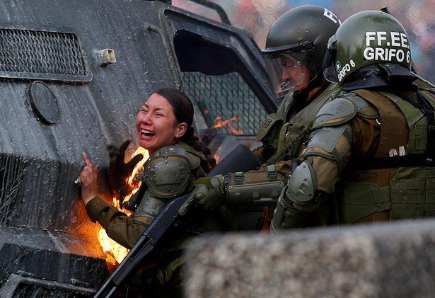 Nữ đặc nhiệm Chile bị ném bom xăng, gào thét đau đớn - Ảnh 2.