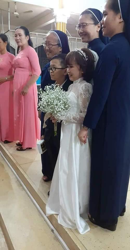 """Đám cưới của cặp đôi tí hon từng bị nhầm là """"con nít ranh"""" được tổ chức tại quê nhà, vẻ lạ lẫm của cô dâu gây chú ý - ảnh 3"""