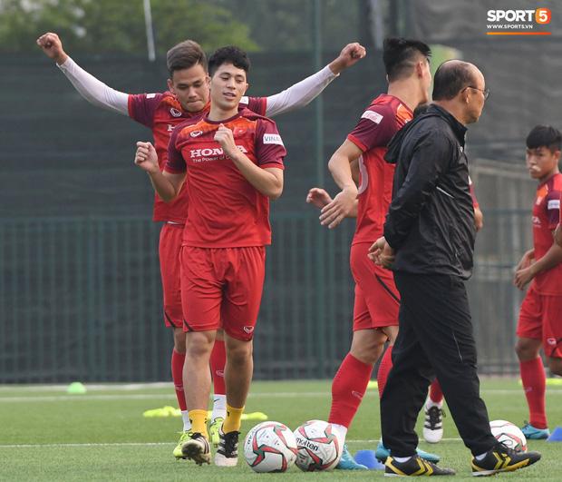 Đình Trọng cao hứng trêu chọc đồng đội, cười nắc nẻ ngay trước mặt thầy Park trong ngày đầu tiên tập luyện cùng U22 Việt Nam - Ảnh 5.