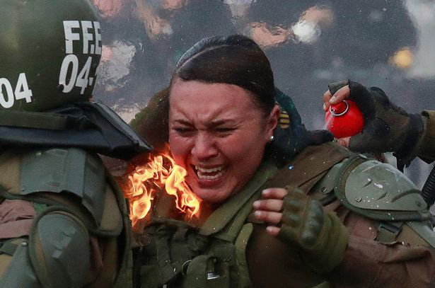 Nữ đặc nhiệm Chile bị ném bom xăng, gào thét đau đớn - Ảnh 3.