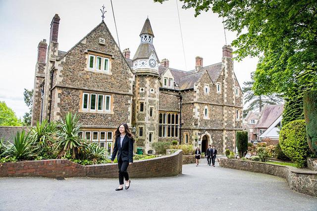 Hàng loạt nữ sinh Việt nhập học ở Anh đột ngột biến mất, một số người được phát hiện đang ở trong tiệm nail - Ảnh 2.