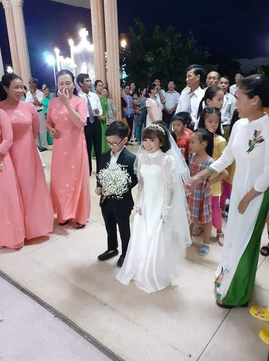"""Đám cưới của cặp đôi tí hon từng bị nhầm là """"con nít ranh"""" được tổ chức tại quê nhà, vẻ lạ lẫm của cô dâu gây chú ý - ảnh 4"""