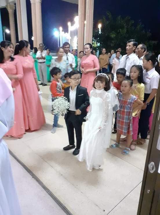 """Đám cưới của cặp đôi tí hon từng bị nhầm là """"con nít ranh"""" được tổ chức tại quê nhà, vẻ lạ lẫm của cô dâu gây chú ý - ảnh 5"""