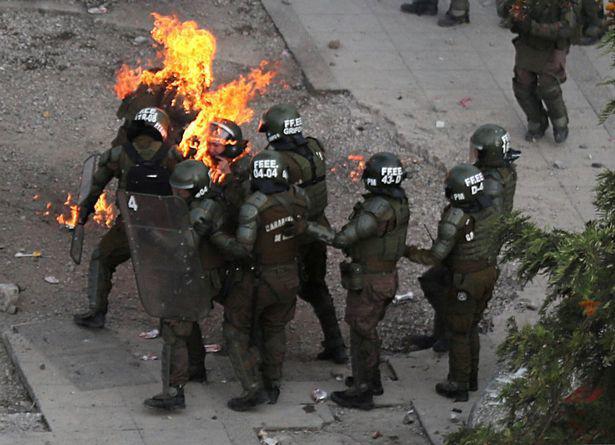Nữ đặc nhiệm Chile bị ném bom xăng, gào thét đau đớn - Ảnh 5.