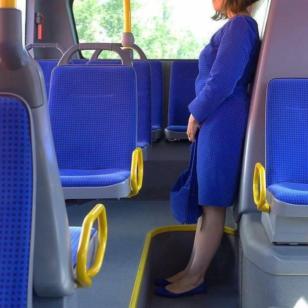 Ton sur ton đúng chuẩn fashionista đi xe bus.