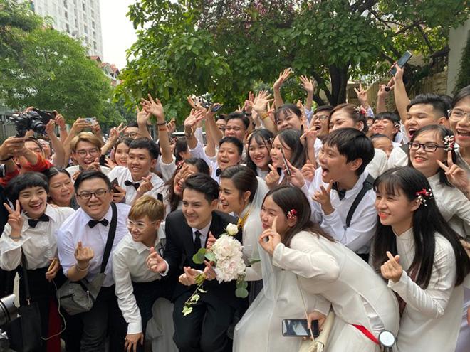 Đông Nhi đeo đầy vàng, òa khóc khi chính thức trở thành dâu nhà tập đoàn nhựa đình đám - ảnh 8