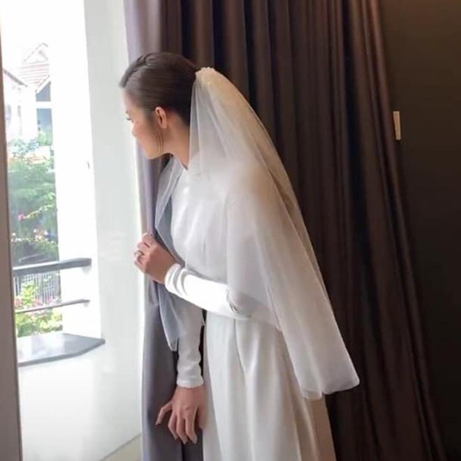 Đông Nhi đeo đầy vàng, òa khóc khi chính thức trở thành dâu nhà tập đoàn nhựa đình đám - ảnh 3