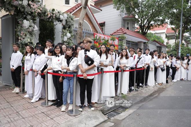 Lễ rước dâu siêu đám cưới Đông Nhi - Ông Cao Thắng: Fan đứng chật kín chờ tới giờ trọng đại, khâu chuẩn bị đã hoàn tất - Ảnh 1.