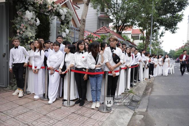 Lễ rước dâu siêu đám cưới Đông Nhi - Ông Cao Thắng: Fan đứng chật kín chờ tới giờ trọng đại, khâu chuẩn bị đã hoàn tất - Ảnh 2.