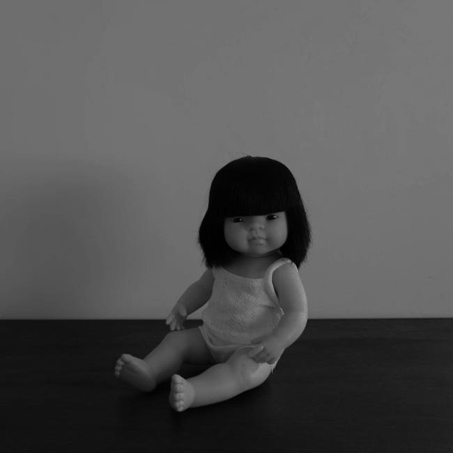 Con gái 6 tuổi khóc, bảo rằng búp bê nhìn mình chằm chằm vào ban đêm, bố mẹ lạnh người khi tìm ra sự thật - Ảnh 2.