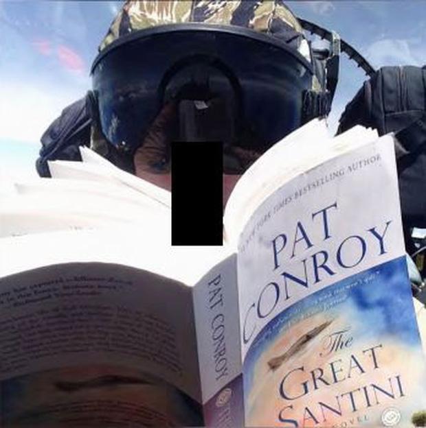 Phi công thủy quân lục chiến Mỹ đọc sách trên máy bay. Ảnh: USAF