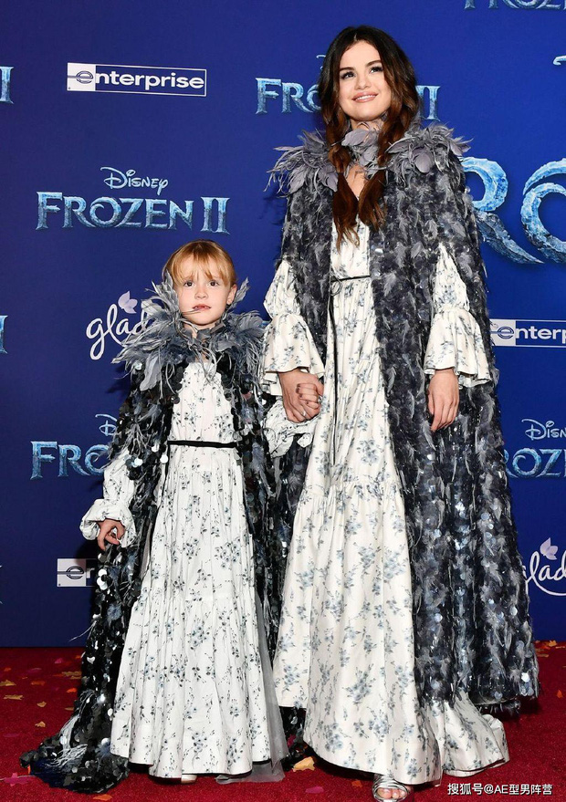 Thảm đỏ Frozen 2: Selena Gomez gây bão vì đẹp xuất thần, hôn em gái cùng cha khác mẹ thắm thiết - Ảnh 1.