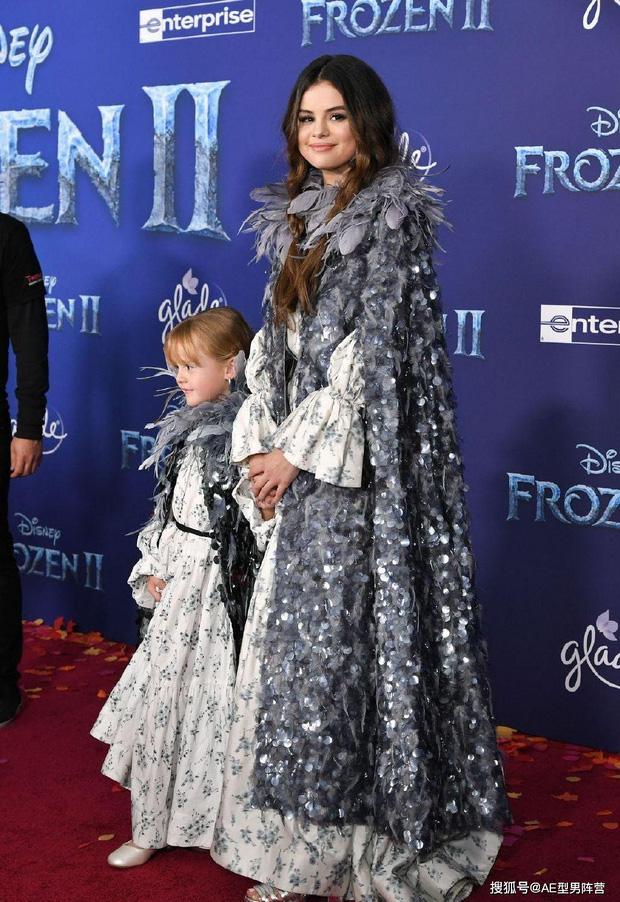 Thảm đỏ Frozen 2: Selena Gomez gây bão vì đẹp xuất thần, hôn em gái cùng cha khác mẹ thắm thiết - Ảnh 2.