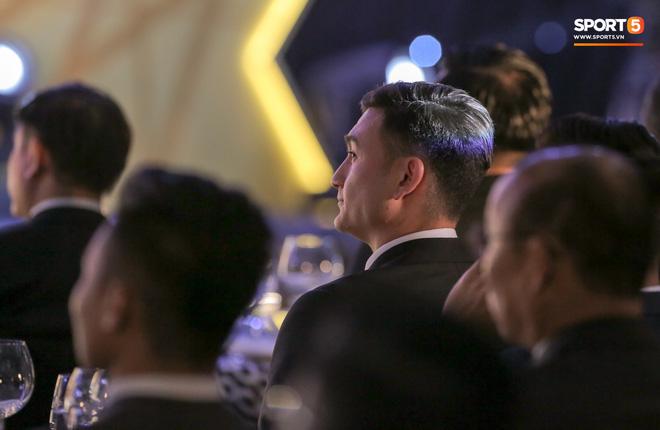 Lâm Tây gặp sự cố trang phục, vẫn cực phong độ dù đến muộn ở lễ trao giải của AFF - Ảnh 1.