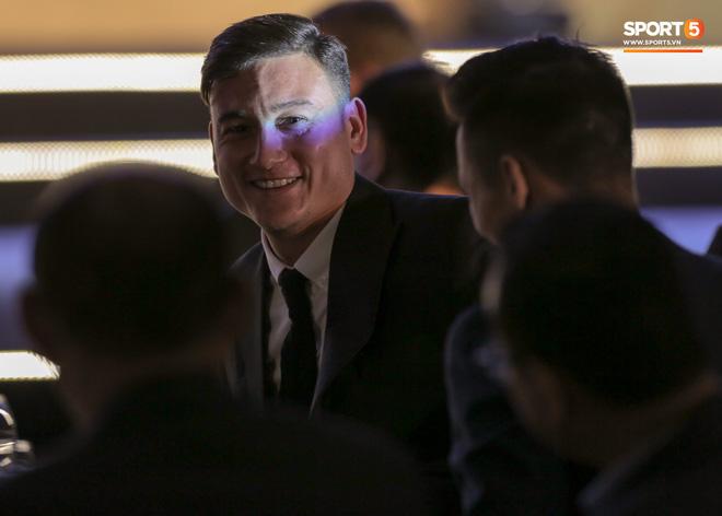 Lâm Tây gặp sự cố trang phục, vẫn cực phong độ dù đến muộn ở lễ trao giải của AFF - Ảnh 2.