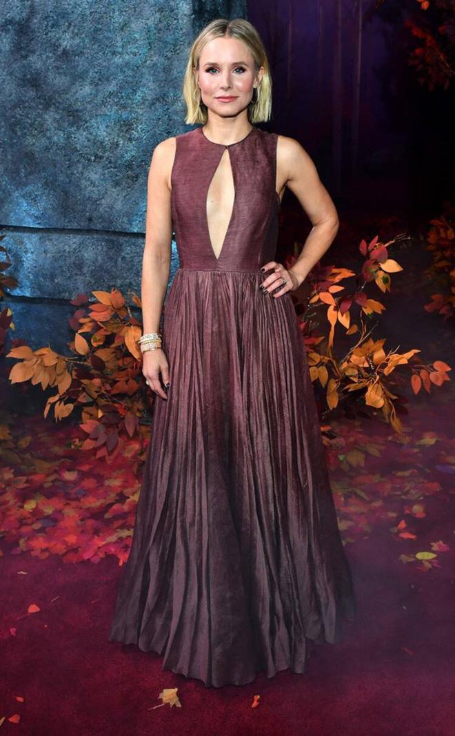 Thảm đỏ Frozen 2: Selena Gomez gây bão vì đẹp xuất thần, hôn em gái cùng cha khác mẹ thắm thiết - Ảnh 11.