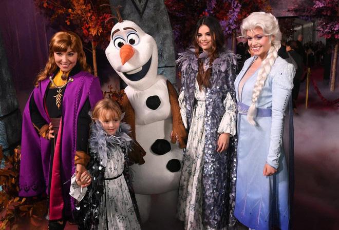 Thảm đỏ Frozen 2: Selena Gomez gây bão vì đẹp xuất thần, hôn em gái cùng cha khác mẹ thắm thiết - Ảnh 13.
