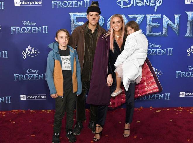 Thảm đỏ Frozen 2: Selena Gomez gây bão vì đẹp xuất thần, hôn em gái cùng cha khác mẹ thắm thiết - Ảnh 14.