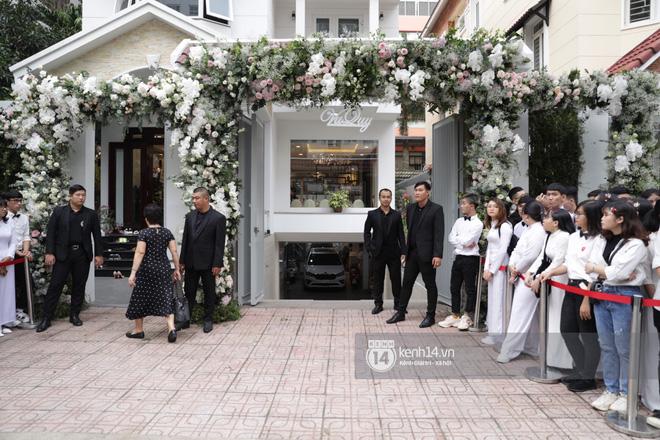 Lễ rước dâu siêu đám cưới Đông Nhi - Ông Cao Thắng: Fan đứng chật kín chờ tới giờ trọng đại, khâu chuẩn bị đã hoàn tất - Ảnh 3.