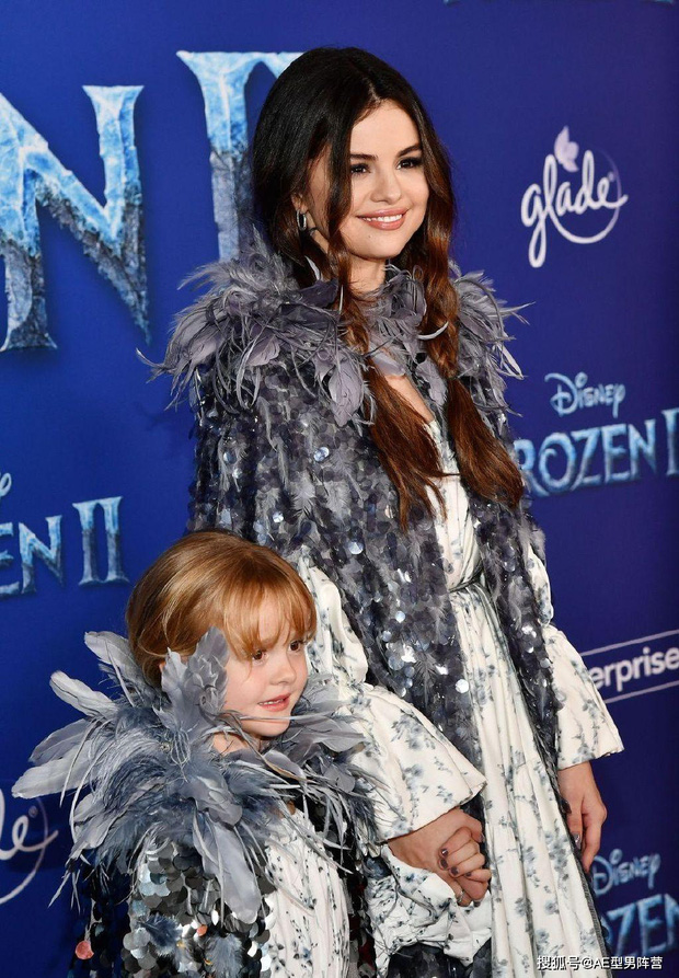 Thảm đỏ Frozen 2: Selena Gomez gây bão vì đẹp xuất thần, hôn em gái cùng cha khác mẹ thắm thiết - Ảnh 3.