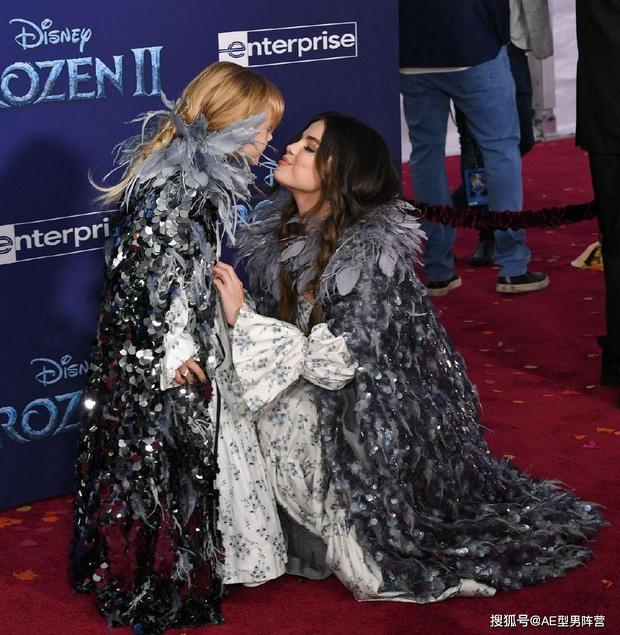 Thảm đỏ Frozen 2: Selena Gomez gây bão vì đẹp xuất thần, hôn em gái cùng cha khác mẹ thắm thiết - Ảnh 7.