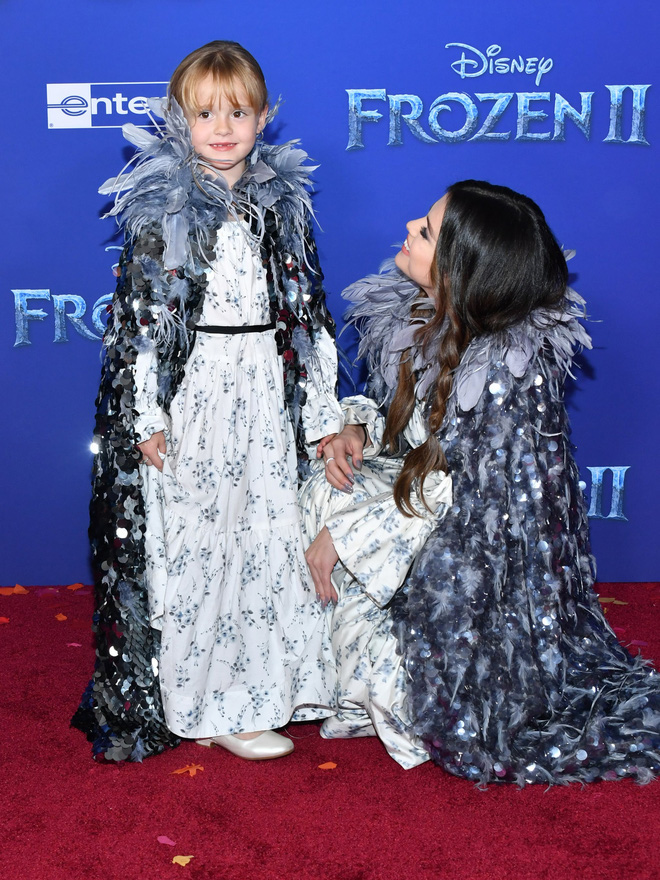 Thảm đỏ Frozen 2: Selena Gomez gây bão vì đẹp xuất thần, hôn em gái cùng cha khác mẹ thắm thiết - Ảnh 8.