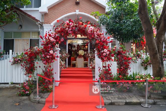 Lễ rước dâu siêu đám cưới Đông Nhi - Ông Cao Thắng: Fan đứng chật kín chờ tới giờ trọng đại, khâu chuẩn bị đã hoàn tất - Ảnh 7.