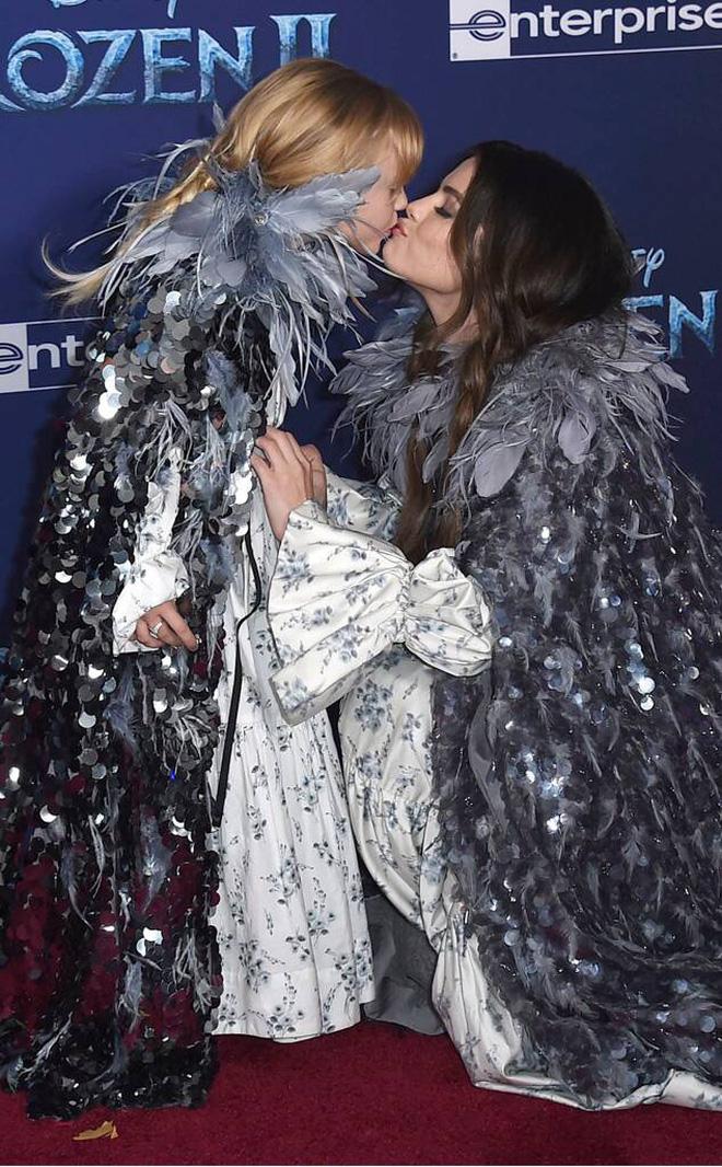 Thảm đỏ Frozen 2: Selena Gomez gây bão vì đẹp xuất thần, hôn em gái cùng cha khác mẹ thắm thiết - Ảnh 9.