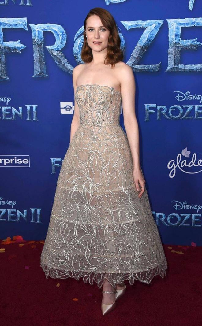 Thảm đỏ Frozen 2: Selena Gomez gây bão vì đẹp xuất thần, hôn em gái cùng cha khác mẹ thắm thiết - Ảnh 10.